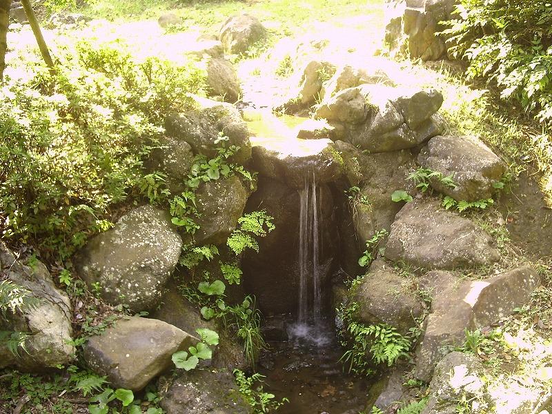 湧水地の滝